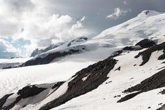 Stormiga moln hänger över över detkorkade berget Elbrus Fotografering för Bildbyråer