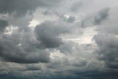 Stormiga moln i himlen Arkivfoton