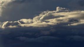 Stormiga moln på skymning Arkivfoto