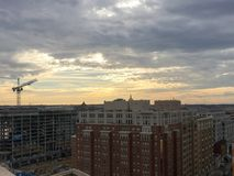 stormiga stadstak på solnedgången i vintern Royaltyfri Foto