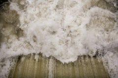 Stormiga strömmar av vatten Arkivbilder