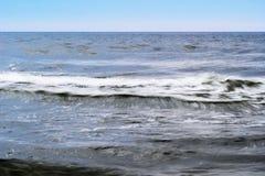 Stormiga vågor av det baltiska havet Seascape med vågor som är suddiga vid lång exponering Royaltyfri Foto