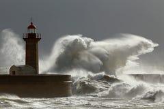 Stormiga vågor med intressant ljus Arkivbilder