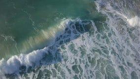 Stormiga vågor nära kustlinjen av Israel Ashkelon arkivfoto