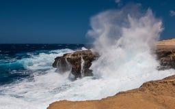 Stormiga vågor på ön av Gozo i Malta Royaltyfri Fotografi