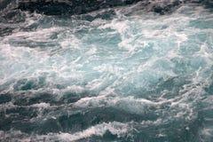 Stormiga vågor som svävar mystisk himmelmagi inget arkivbild