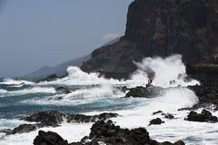 Stormiga waves på Eastcoasten av La Palma Arkivfoto
