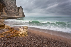 Stormigt dystert väder på stenig kust Royaltyfri Fotografi