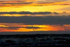 Stormigt hav mot bakgrunden av en färgsolnedgång Royaltyfri Foto