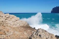 Stormigt hav på Cala San Vicente i Majorca royaltyfri bild