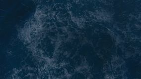 Stormigt hav på natten med regn- och belysningexponeringar i mitt av havet stock video