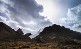 Stormigt himmellandskap med glaciären, Tibet Arkivfoto
