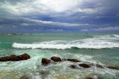 Stormigt landskap för hav över den steniga kustlinjen Arkivbild