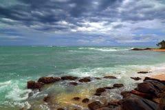 Stormigt landskap för hav över den steniga kustlinjen Royaltyfria Bilder