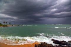 Stormigt landskap för hav över den steniga kustlinjen Royaltyfri Bild
