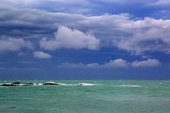 Stormigt landskap för hav över den steniga kustlinjen Fotografering för Bildbyråer