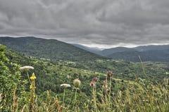 Stormigt moln i Pyrenean landskap i Aude, Frankrike Arkivbilder