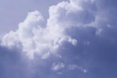 Stormigt moln på solig himmel Fridsam himmelsikt Tropisk regnsäsong Fuktighetsbegrepp Arkivfoto