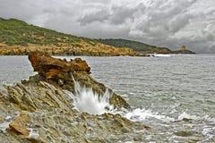 Stormigt segla utmed kusten Royaltyfri Foto