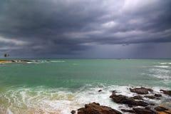 Stormigt strandlandskap för hav Royaltyfria Foton