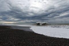 Stormigt väder - grå himmel med tungt mörker fördunklar över att rasa havet arkivbilder