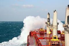 Stormigt väder i Stilla havet, skeppet och vågrörelsen royaltyfri foto