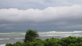 Stormigt väder och ett hav arkivfilmer