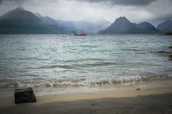 Stormigt väder och ett räddningsaktionfartyg i Elgol på ön av Skye i Skottland Royaltyfria Foton