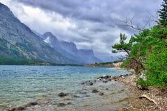 Stormigt väder och molnig himmel nära sjön Arkivfoto