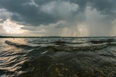 Stormigt väder ovanför Cospudener sjön nära Leipzig royaltyfri fotografi