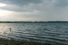 Stormigt väder ovanför Cospudener sjön nära Leipzig arkivbilder