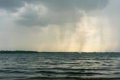Stormigt väder ovanför Cospudener sjön nära Leipzig arkivfoton