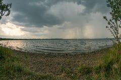 Stormigt väder ovanför Cospudener sjön nära Leipzig arkivfoto