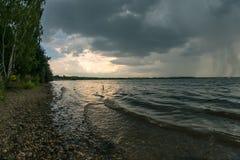 Stormigt väder ovanför Cospudener sjön nära Leipzig royaltyfria foton