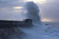 Stormigt väder på den Porthcawl fyren, södra Wales, UK royaltyfri bild