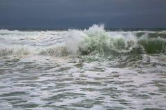 Stormigt vågavbrott Royaltyfri Bild