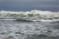 Stormigt vågavbrott Arkivbild