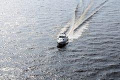 Stormlopen van de boot de kustredding op de golven van de Oostzee, mooie glans op het water en de watervlekken van de boot stock fotografie