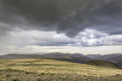Stormmörker fördunklar över berg Royaltyfria Foton