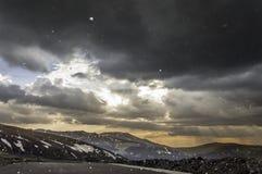 Stormmörker fördunklar över berg Arkivbild