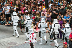 Stormmilitärpoliser påverkar varandra med den enorma folkmassan på Dragon Con Parade Royaltyfri Bild