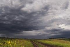 Stormmoln är över den lantliga vägen Arkivbilder