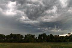 Stormmoln över ängen Arkivfoton