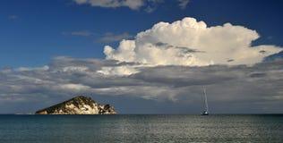 Stormmoln över ön Royaltyfri Bild