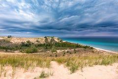 Stormmoln över att sova björndyn och Lake Michigan, USA royaltyfri foto
