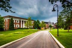 Stormmoln över byggnad och vägen på den Gettysburg högskolan, Penns arkivfoton