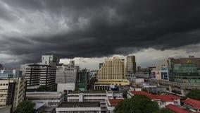 stormmoln över den Bangkok staden Arkivbild