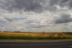 Stormmoln över fält Fotografering för Bildbyråer