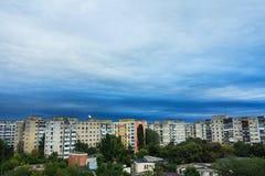 Stormmoln över flerbostadshuset Arkivfoton