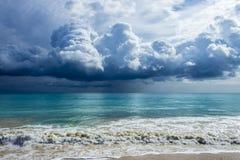 Stormen fördunklar på Waimanalo Arkivfoto
